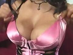 Znojnaja latinskaja porno-zvezda uzhe gotova upast na chlen