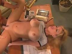 Hardkornyj gorjachij hljupajuwij seks prjamo na uchitelskom stole