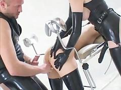 Немцы забавляются на гинекологическом кресле