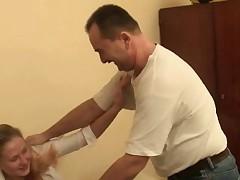 Пожилой мужик трахает молодую девушку