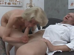 Babulja poluchaet svoe u doktora