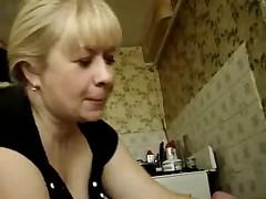Seks po-russki. Mamochka soset edva oformivshijsja chlen