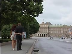 Неопытная блондиночка трахается на публике на улицах Питера