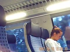 Чувак дрочит в поезде напротив незнакомой девушки