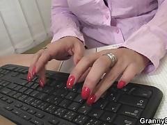 Seks zreloj damy v ofise