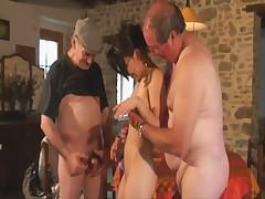 Dva deda trahajut odnu moloduju shljushku