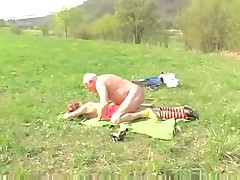 Старик трахает девушку на поляне