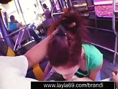 Odetaja devochka delaet kachestvennyj minet v avtobuse