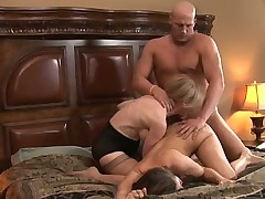 Пара обучает неопытную малышку
