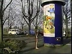 Девушка разгуливает голой по станции поеза