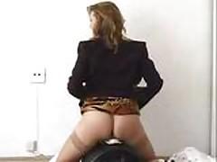 Блондинка мастурбирует пока ее трахает сексмашина