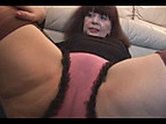 Mamochka brjunetka s volosatoj kiskoj pokazyvaet solo striptiz