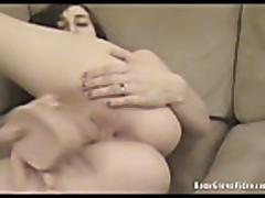 Мамочка с маленькими сиськами мастурбирует