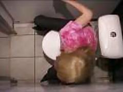 Blondinka soset i trahaetsja v klubnom tualete