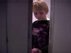 Blondinka ebetsja i soset v klubnom tualete