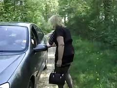 Зрелую француженку пердолят в лесу