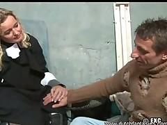 Monashka salilas nad bezdomnym i sdelal emu sochnyj otsos