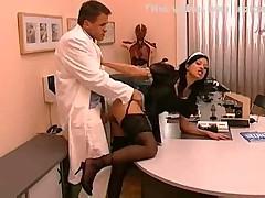 Горничная застала доктора, и он трахнул ее
